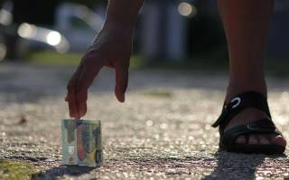 Молитва и заговор на найденные деньги